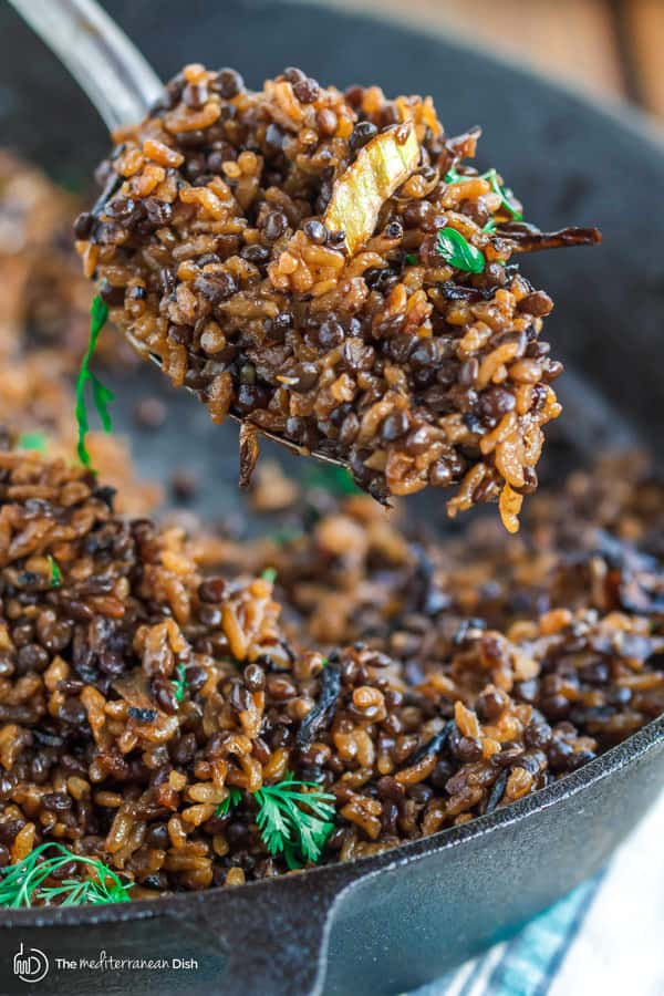 Mujadara: lentils and rice | The Mediterranean Dish. The intense flavor in this humble Middle Eastern dish of lentils and rice with lots of crispy onions will wow you!