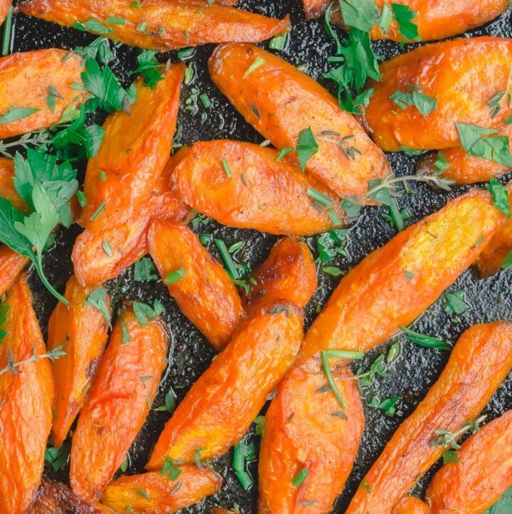 Roasted carrots in baking pan