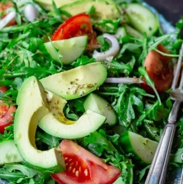 Arugula salad with avocado, cucumber, tomatoes and shallots