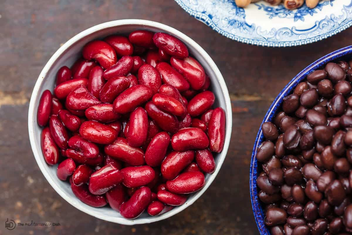 Kidney beans and black beans in two bowls