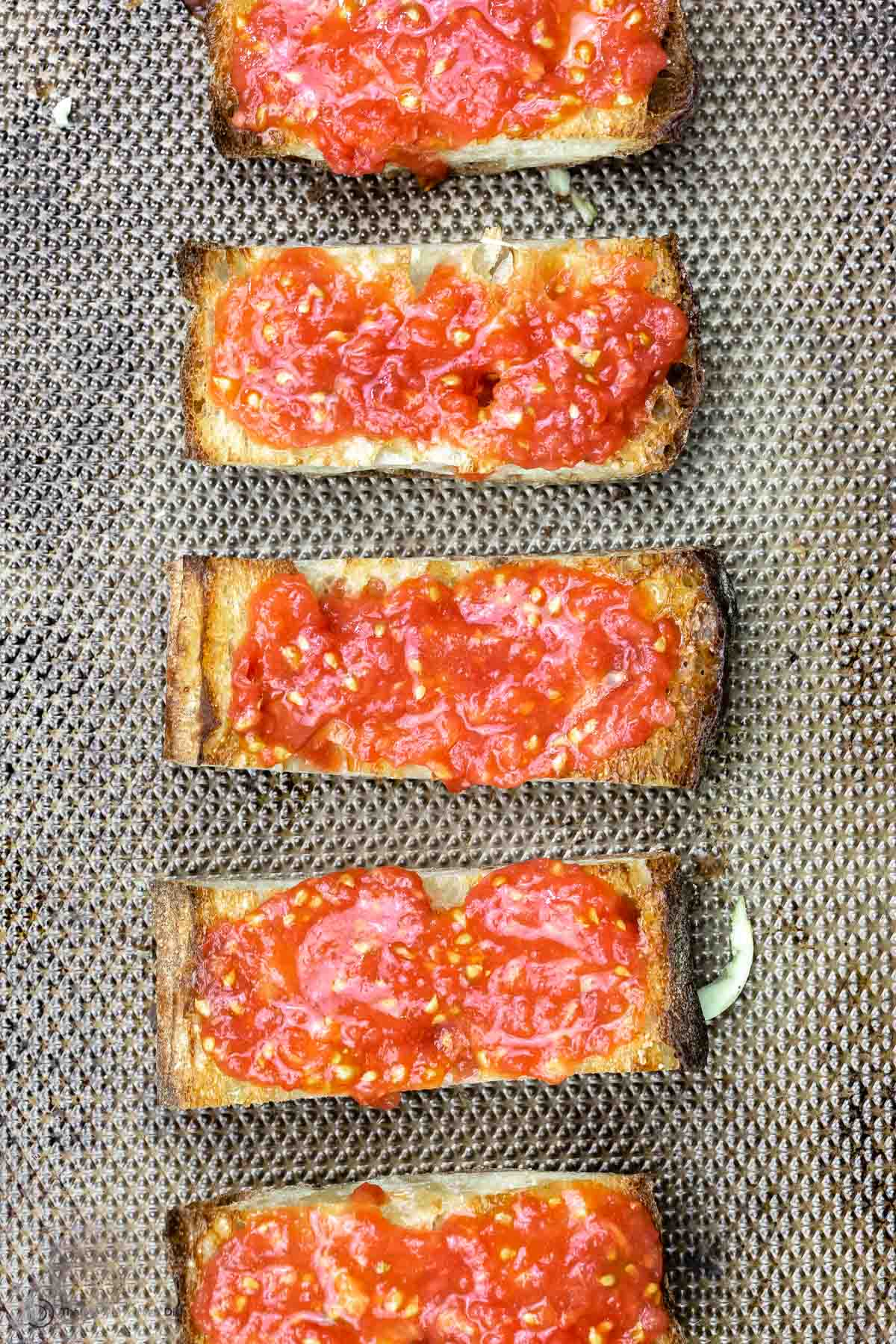 6 slices of pan con tomate