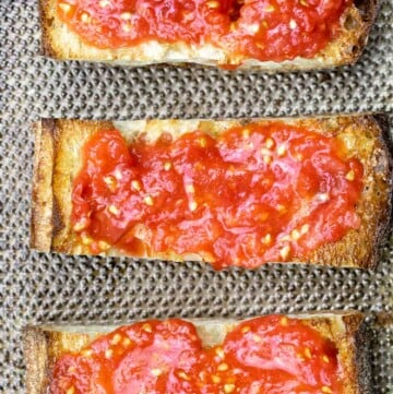 3 slices of pan con tomate